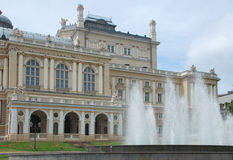 Brunnen vor Operntheater Lizenzfreie Stockfotos
