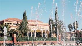 Brunnen vor Palast des Kongresses in Ouarzazate Marokko stock footage
