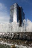 Brunnen vor Wolkenkratzer Lizenzfreie Stockfotos