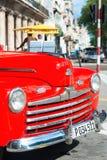 Brunnen wieder hergestellte rote Weinlese Ford in Havana Lizenzfreies Stockbild