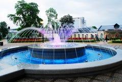 Brunnentanzen mit Musik und ändernde Farben in Druskininkai-Stadt stockfotos