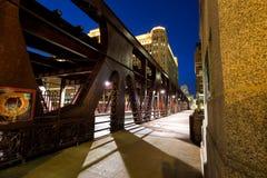 Brunngataklaffbro i Chicago på skymning Royaltyfri Foto