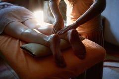 brunnsort för fotmassagesalong Stäng sig upp av kvinnlig fot under traditionell thailändsk massage Fotografering för Bildbyråer