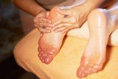 brunnsort för fotmassagesalong Stäng sig upp av kvinnlig fot under traditionell thailändsk massage Royaltyfria Bilder