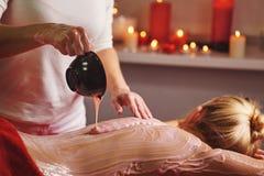 brunnsort 7 Massage med att fukta maskeringen arkivbild