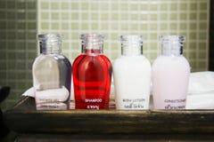 Brunnsort, tvål och schampo för hotellfacilitetsats i tappningbadrum arkivfoton