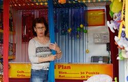 Brunswick, Baja Sajonia, Alemania - 15 de abril de 2018: Haga compras para el hilo que tira con una mujer de mediana edad Imagen de archivo