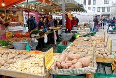 Brunswick, Baja Sajonia, Alemania, enero 27,2018: Las ventas representan verduras y las patatas en la vieja plaza del mercado de  imagenes de archivo