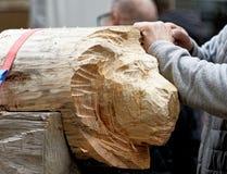 Brunswick, Nedersaksen, Duitsland, 27,2018 Januari: De kunstenaar snijdt het hoofd van een leeuw van een brok van hout, het emble Stock Foto