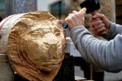 Brunswick, Nedersaksen, Duitsland, 27,2018 Januari: De kunstenaar snijdt het hoofd van een leeuw van een brok van hout, het emble Royalty-vrije Stock Fotografie
