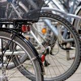 Brunswick, Nedersaksen, Duitsland, 27,2018 Januari: Fietsen bij een groot fietsenrek in het stadscentrum worden geparkeerd van Br Stock Afbeeldingen