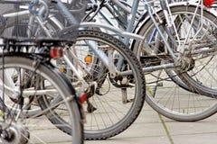 Brunswick, Nedersaksen, Duitsland, 27,2018 Januari: Fietsen bij een groot fietsenrek in het stadscentrum worden geparkeerd van Br Royalty-vrije Stock Afbeelding
