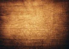 Brunt apelsin skrapade träskärbrädan royaltyfria bilder