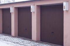 Brunt automatiskt garage för bilar för tre ställen arkivfoto