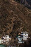 Brunt berg med byn under med solljus i morgonen på Lachen i norr Sikkim, Indien Arkivbilder
