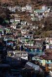 Brunt berg med byn under med solljus i morgonen på Lachen i norr Sikkim, Indien Royaltyfria Bilder