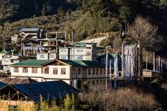 Brunt berg med byn under med solljus i morgonen på Lachen i norr Sikkim, Indien Royaltyfri Foto