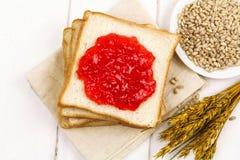Brunt bröd och vitt bröd arkivbild