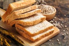 Brunt bröd och vitt bröd arkivbilder