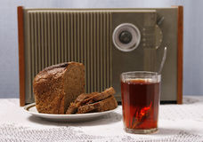 Brunt bröd, tea, radiosände Fotografering för Bildbyråer
