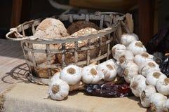 Brunt bröd, vitlök och mörker - röd torkad peppar royaltyfria bilder