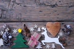 Brunt gräsplan, röd julgarnering, träd, ren, gåva Arkivfoto
