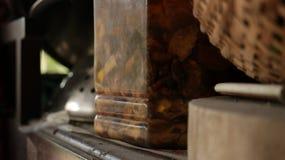 Brunt gravad ört i gammal plast- krus på tappningträhylla fotografering för bildbyråer