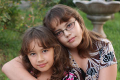 brunt haired le för systrar Fotografering för Bildbyråer