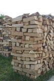Brunt huggit av trä ordnar en över Arkivfoto