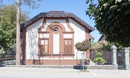 Brunt hus med det gamla fönstret Fotografering för Bildbyråer