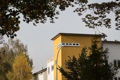 Brunt hus på vägen Arkivfoto
