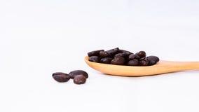 Brunt kaffe brunt kaffe och sked på vit bakgrund Royaltyfri Foto