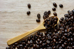 Brunt kaffe brunt kaffe på träbakgrund Arkivbilder