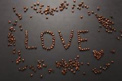 Brunt kaffe solated på svart texturbakgrund för design Sankt kort för dag för valentin` s på fabruary 14, feriebegrepp Arkivfoton