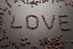 Brunt kaffe solated på svart texturbakgrund för design Sankt kort för dag för valentin` s på fabruary 14, feriebegrepp Royaltyfri Fotografi