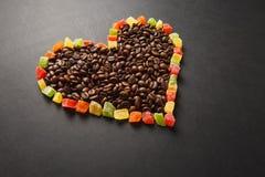 Brunt kaffe solated på svart texturbakgrund för design Sankt kort för dag för valentin` s på fabruary 14, feriebegrepp Royaltyfria Bilder