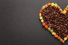 Brunt kaffe solated på svart texturbakgrund för design Sankt kort för dag för valentin` s på fabruary 14, feriebegrepp Arkivbild
