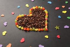Brunt kaffe solated på svart texturbakgrund för design Sankt kort för dag för valentin` s på fabruary 14, feriebegrepp Arkivbilder
