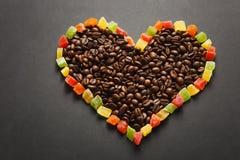 Brunt kaffe solated på svart texturbakgrund för design Sankt kort för dag för valentin` s på fabruary 14, feriebegrepp Royaltyfri Bild