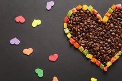 Brunt kaffe solated på svart texturbakgrund för design Sankt kort för dag för valentin` s på fabruary 14, feriebegrepp Royaltyfri Foto