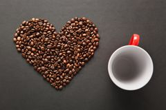 Brunt kaffe solated på svart texturbakgrund för design Sankt kort för dag för valentin` s på fabruary 14, feriebegrepp Arkivfoto