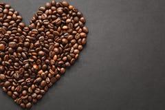 Brunt kaffe solated på svart texturbakgrund för design Sankt kort för dag för valentin` s på fabruary 14, feriebegrepp Fotografering för Bildbyråer