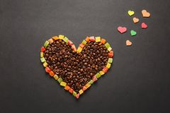 Brunt kaffe solated på svart texturbakgrund för design Sankt valentin dagkort på fabruary 14, feriebegrepp royaltyfri fotografi