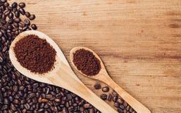 Brunt kaffepulver och böna Arkivbilder