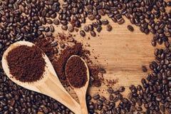 Brunt kaffepulver och böna Arkivfoto