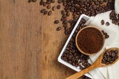 Brunt kaffepulver och böna Royaltyfri Bild