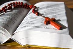 Brunt kors och bibel Royaltyfri Fotografi