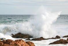 brunt krascha över rockswave Arkivfoto