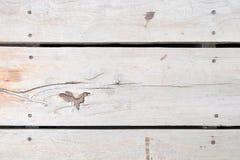 Brunt lantligt trägolv för vit lekmanna- bakgrundslägenhet Arkivbilder