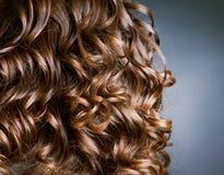 brunt lockigt hår Arkivbild